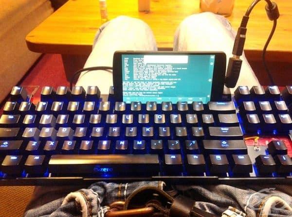 Предстои ви да пишете дълъг текст на телефона - просто го включете към клавиатурата.