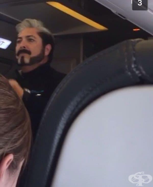"""Този стюард изглежда готов за откриването на """"Игрите на глада""""."""