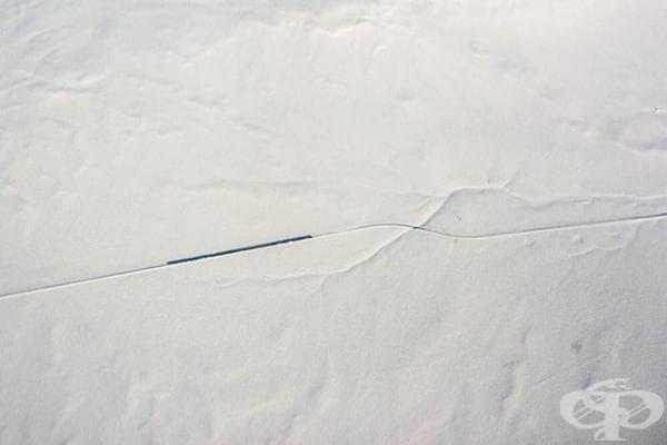 Влак сред степите. Гледка от самолет.