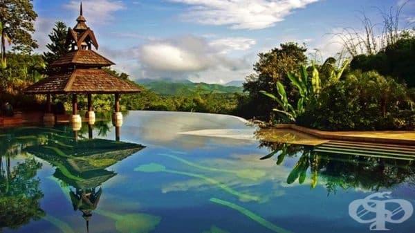 Хотел Anantara Golden Triangle, Тайланд. Петзвездният курорт, съчетан с природен резерват за слонове, се намира на скала в северната част на Тайланд с изглед към съседните Мианмар и Лаос. И тази гледка се отваря директно от басейна.
