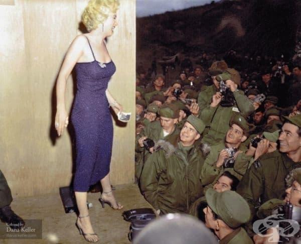 Мерилин Монро позира за войници, 1954г. (оцветено от Дейна Келър).