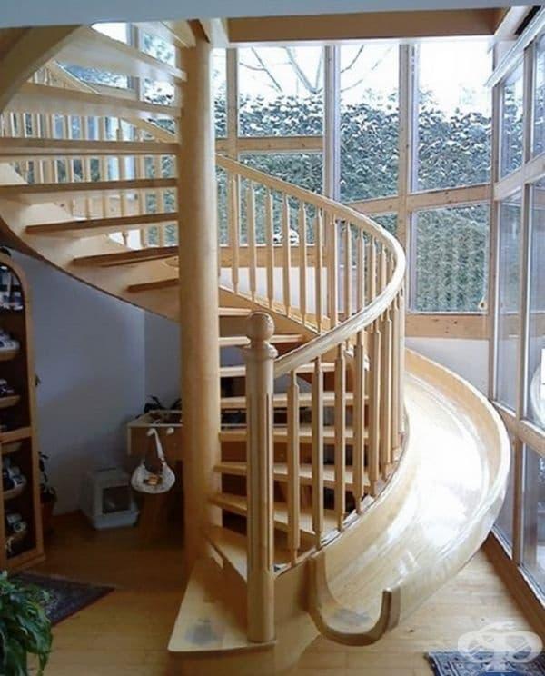 Пързалка до стълбите. Това решение е подходящо при извити стълби и е изключително забавно за децата.