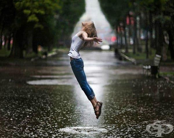 Разходка под дъжда позволява човек да погледне на проблемите под друг ъгъл.