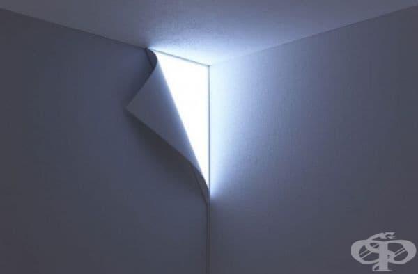 Лампа, сякаш скрита под тапети.