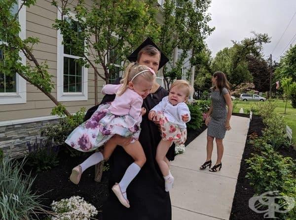 """""""Завърших колежа след 15 години упорита работа на пълно работно време. Имам съпруга и две дъщери, построих къща и това е опитът ми за семейна снимка."""""""