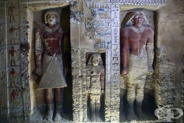 Около 50 ниши в гробницата съдържат цветни статуи, издълбани в скалата, а една от тях изобразява майстора.