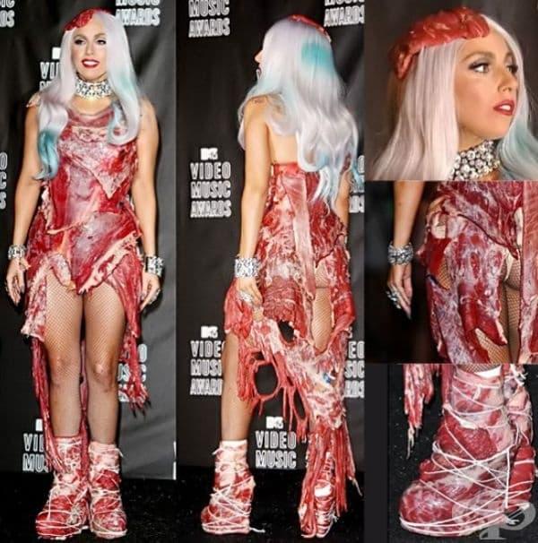 """Скандалната рокля от прясно говеждо на Лейди Гага по дизайн на Франк Фернандес. Отбелязваме, че певицата е вегетарианка, а визията й е метафора към това, че всички хора сме """"парче месо в ръцете на политиците""""."""
