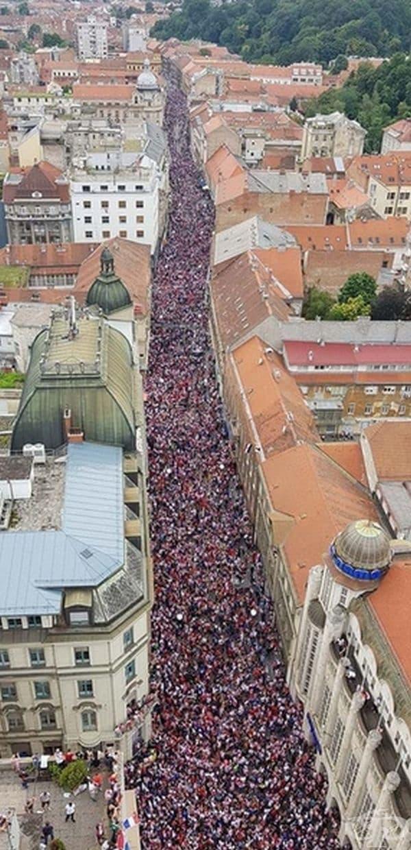 Хърватите приветстват своя футболен отбор.