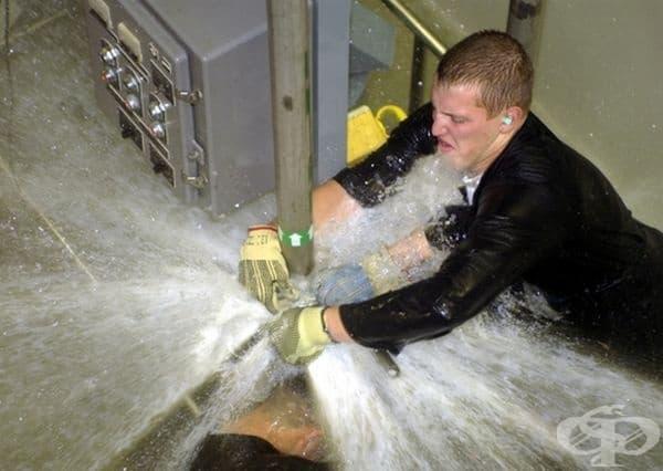 Когато сте използвали залепваща лента за тръбата при теч на вода.