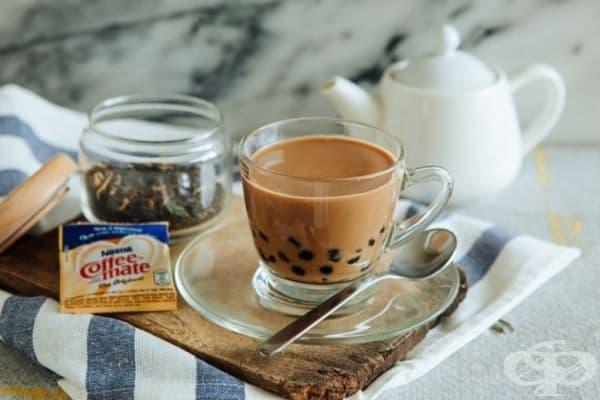 Кафе с чай, Хонконг. Миксът от кафе, чай и мляко впечатлява още с първата глътка. Необходими са 4 пакетчета черен чай, черен пипер, кондензирано мляко и 2 шота кафе.