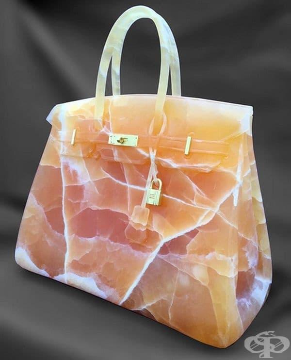 По време на работата си тя се опитва да покаже естествения вид на камъка, за да може зрителят да разгледа драгоценния материал, чието формиране отнема милиони години.