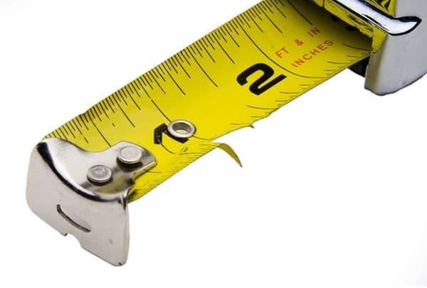В дупката на метъра може да се постави пирон и човек да използва свободно ръцете си.