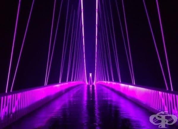 Цветен мост през дъждовна нощ.