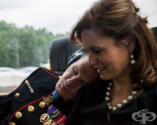Уилям Кайл Карпентър е най-младият войник, получил Медал за храброст. На снимката спи на рамото на майка си. След всичко, което е преживял, за нея той все още е малкото й момче.