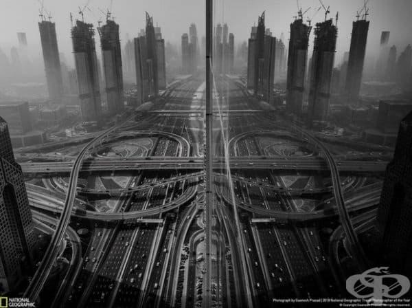 """Отражение. Трето място в категорията """"Градове""""."""