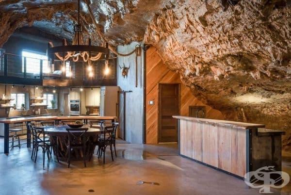 Отворите на пещерата са използвани за прозорци в кухнята и хола.