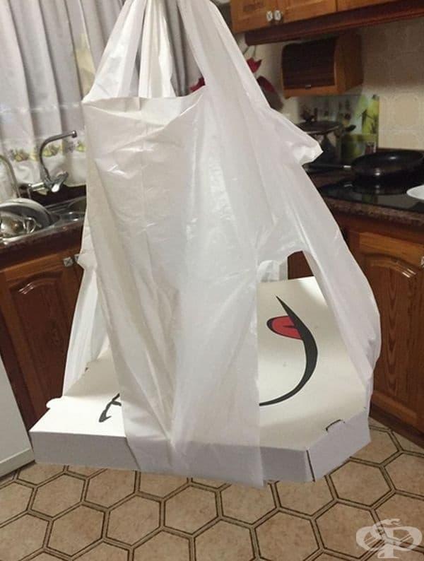 Специална торба с прорези позволява пицата в кутията да остане в хоризонтално положение.