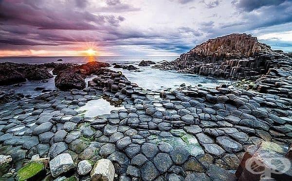 Пътят на великана, Ирландия. Тези интересни колонии са се образували преди 50 милиона години, когато на повърхността на водата се е издигала базалтова лава и се втвърдявала и напуквала от охлаждането.