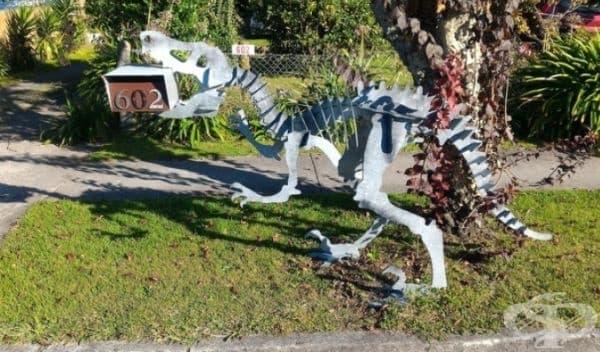 Динозавърът открадна пощенската кутия.