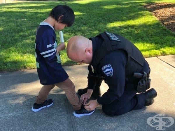 По време на патрулиране полицай забелязва малко момче, което носи скъсани чорапи и има рани по краката. Той му оказва първа помощ и го снабдява с нов чифт обувки.