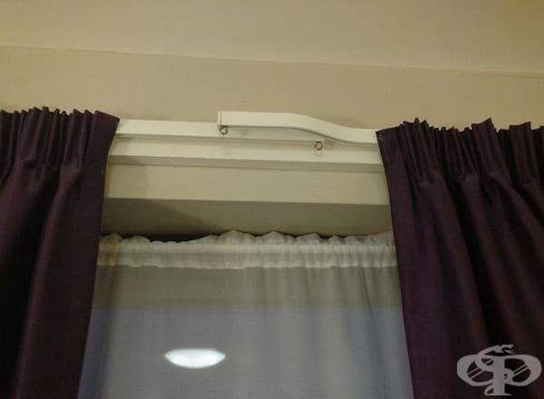 Завесите се застъпват, за да не се прокарва светлина по средата.