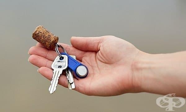 Вместо ключодържател, използвайте винена тапа. Така и да изпуснете връзката във водата, тя няма да потъне.