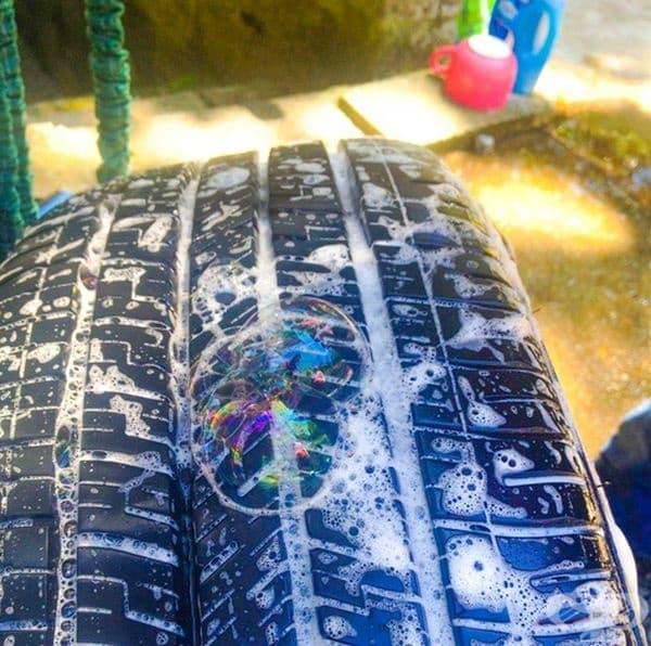Ако не откривате къде е спукана гумата, просто нанесете сапунена вода. На конкретното място ще се появят мехурчета.