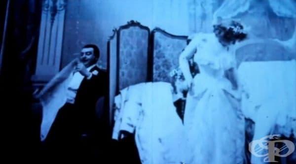 """""""Le Coucher de la Mari?e"""" или """"Първата брачна нощ"""" е първият еротичен филм в историята на киното. Неговата премиера се е състояла в Париж през 1896г."""