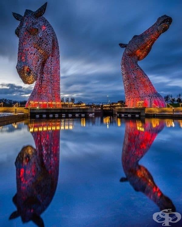 Kelpies (митологични създания) във Фалкирк, Шотландия, са най-големите скулптури в света. Те са невероятно красива гледка през нощта, когато скулптурите са осветени!
