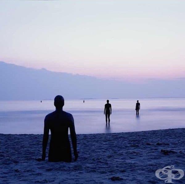 """""""Друго място"""" (Англия): Тези скулптури са създадено от Антъни Гормли. Те са разположени на Crosby Beach, Ливърпул, Англия. Стотици железни фигури се разпростират по брега, наблюдавайки хоризонта."""