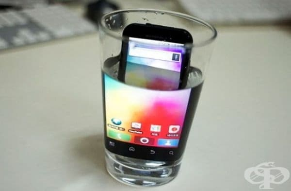 Уголемете екрана на телефона, като го поставите в чаша с вода.