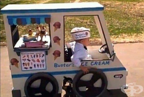 Родителите на този малък приятел превръщат неговата инвалидна количка в част от неговия костюм за Хелоуин.