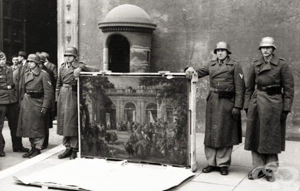 Войници от дивизията на Херман Гьоринг със загубен трофей, 1944.