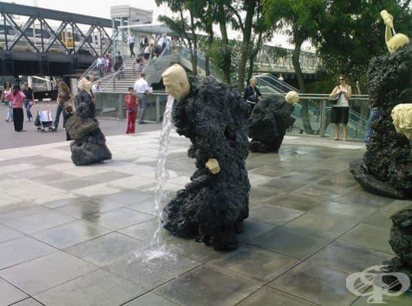 """""""Повръщащ фонтан"""", Лондон, Англия. Фонтанът е част от странна серия от скулптури в цял Лондон, изобразяващи човешки фигури, от които усти излиза вода."""