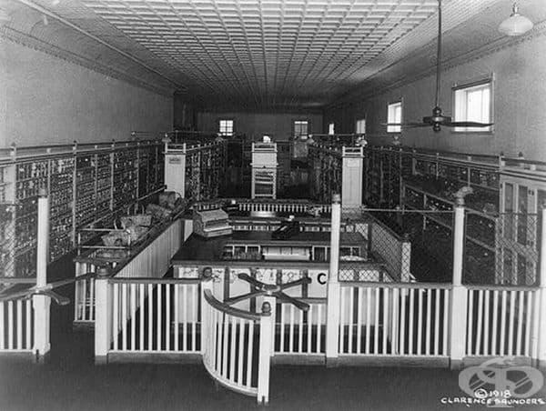 Интериорът на оригиналния Piggly Wiggly Self-Service Grocery Store, Мемфис, Тенеси. Първият магазин за самообслужване, открит през 1916 г. Снимка от 1918 г.