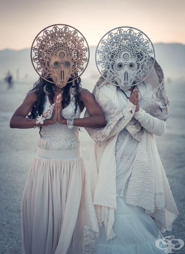 Футуристичните маски на младоженците са разработени от Dan Schaub Designs.