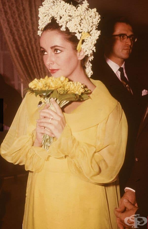 Елизабет Тейлър, 1964 г. За сватбата с петия си съпруг Ричард Бъртън, Тейлър избира жълта рокля и десетки бели цветя в косата.