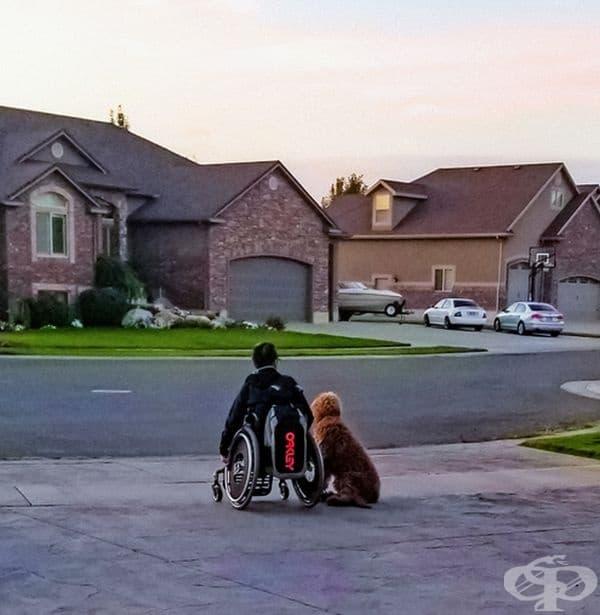 """""""Моят 15-годишен син и най-добрият му приятел чакат училищния автобус."""""""