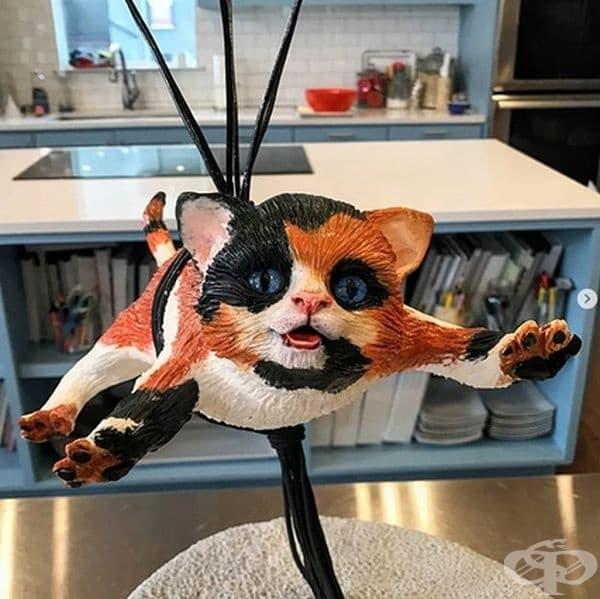 Котка, спускаща се от парашут.