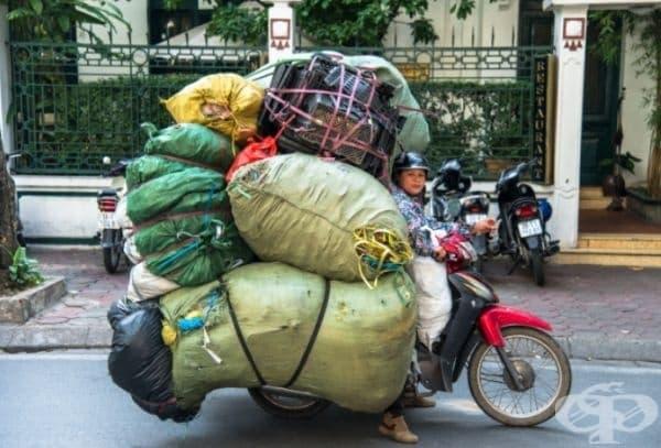 Тази жена е решила да се премести заедно с всичките си вещи. И защо не, след като има мощен скутер!
