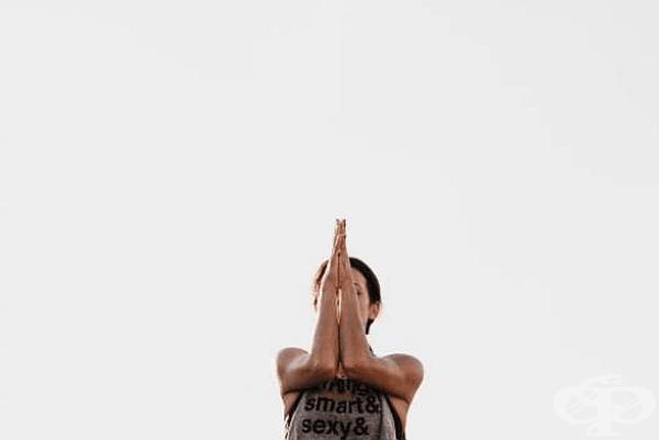 Разтворете ръце на нивото на раменете и свивайте и отпускайте юмруци 40 пъти. Това ще отпусне гръбните мускули и ще стегне ръцете. Упражнението може да се изпълнява 40 пъти с изправени или свити в лактите ръце.