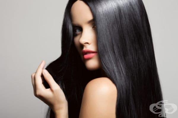 Ниацинът, познат още като В3, подобрява кръвообращението на скалпа. Стимулира растежа на косата и действа най-добре в комбинация с биотин. Присъства в бадемите, семената, фасула, зелените листни зеленчуци и морковите.