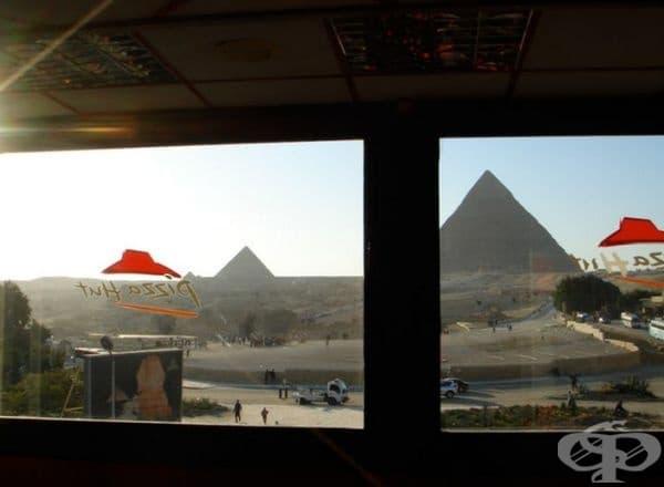 Големите пирамиди в Гиза. По-добре е да си направите снимки от прозореца на местния ресторант Pizza Hut, защото в близост до тях ще видите повече непознати лица, отколкото самите пирамиди.