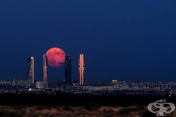 Изгревът на Луната в Мадрид, Испания.