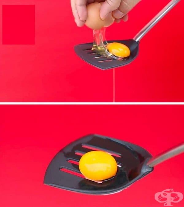 Отделете жълтъка от белтъка. Нужни са единствено решетка и купичка, в която да се прецеди белтъкът.