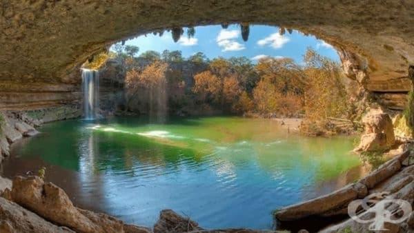"""Басейн """"Хамилтън"""", Тексас. Уникалната природна забележителност се е образувала преди хиляди години при срутване на купола на една от карстовите пещери в резултат от ерозия. Лазурна вода, надвиснали сталактити и 15-метров водопад-фантастично място!"""