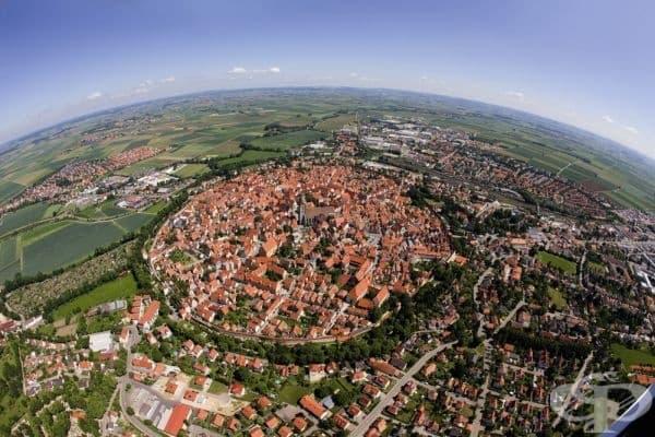 Баварският град Ньордлинген, построен във вътрешността на кратер, създаден от метеорит, който е паднал на Земята преди повече от 14 милиона години.