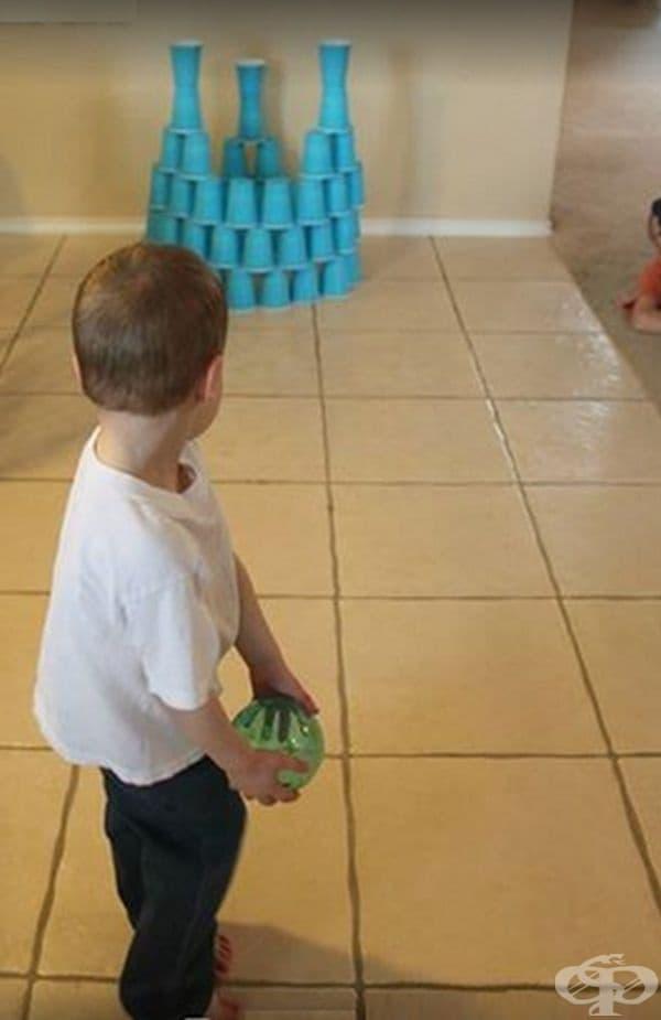 Вертикален боулинг с пластмасови чаши.