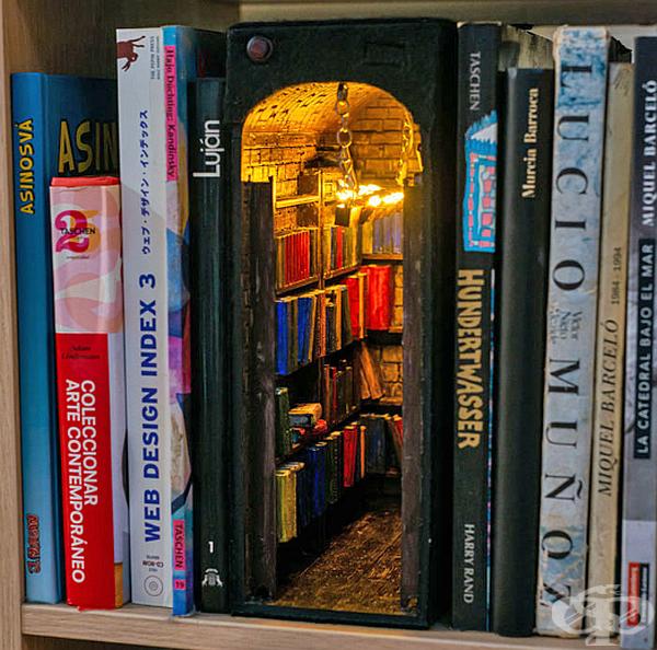 Мини библиотека на полицата за книги.