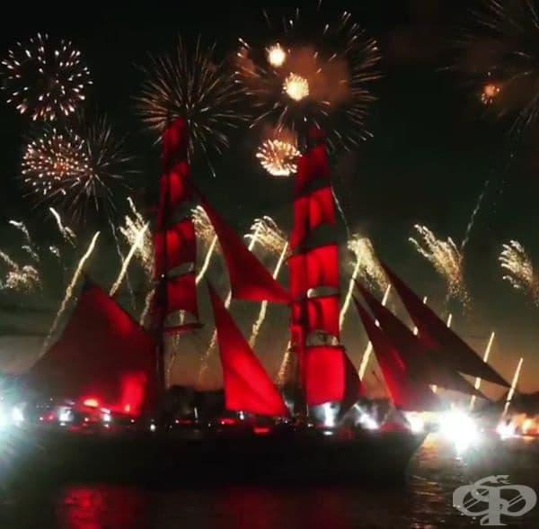 """Русия. Всяка година в Санк Петербурк за завършващите се провежда празникът """"Scarlet Sails"""" - концерт на централния площад и грандиозно светлинно шоу около р.Нева. Гвоздеят на програмата е преход с параход с червени платна, които символизират надеждата."""